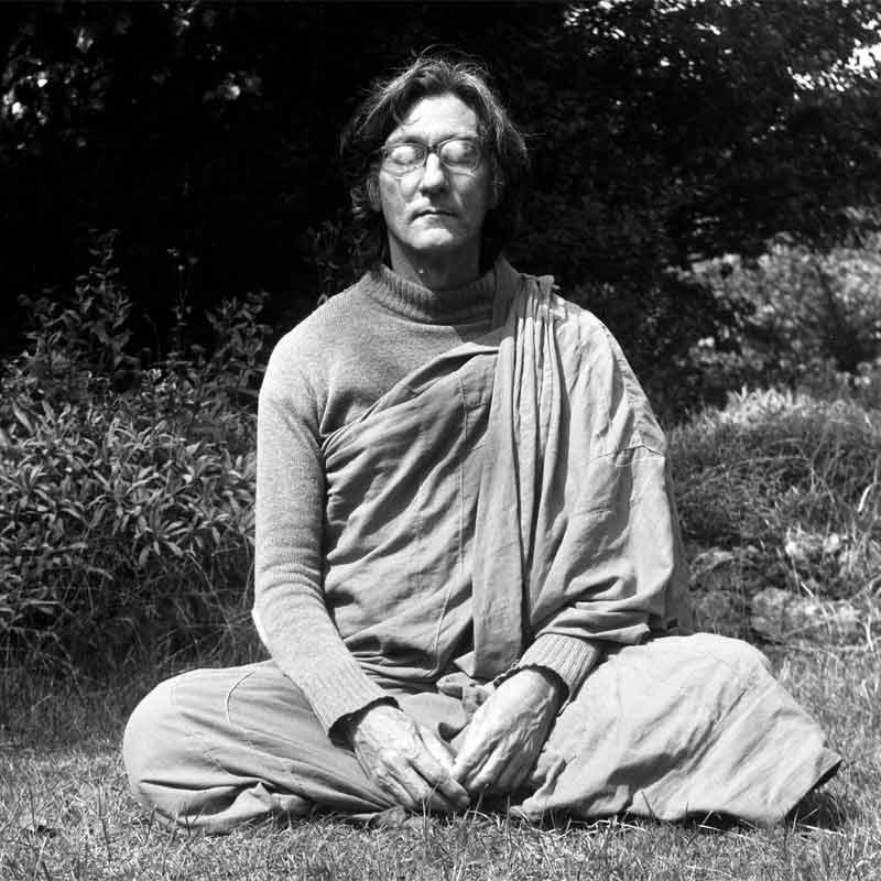 sangharakshita-meditating