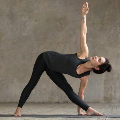 mujer-joven-haciendo-ejercicio-utthita-trikonasana_1163-5035
